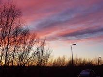 Różowy i purpurowy zmierzchu niebo nad rzecznym Ouse zdjęcia stock