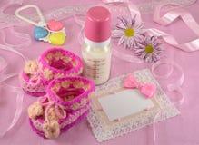 Różowy kartka z pozdrowieniami z dojną butelką i butami Obraz Stock