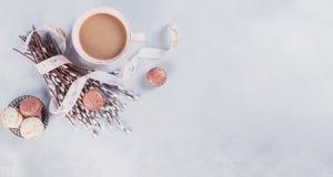 Różowy kawowy kubek z słodkimi pastelowymi francuskimi macaroons i kicią Obrazy Royalty Free