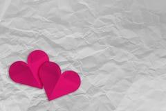 Różowy kierowy kształta papier na bielu miął papier Obraz Stock