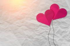 Różowy kierowy kształta papier na bielu miął papier Zdjęcia Royalty Free