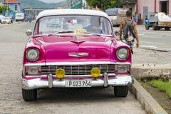 Różowy klasyczny amerykański samochód Santiago de Kuba - taxi - zdjęcia stock
