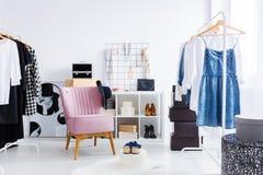 Różowy krzesło w jaskrawej przebieralni Zdjęcia Stock