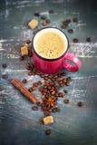 Różowy kubek z gorącą kawą i pikantność na Podławym tle Zdjęcie Stock