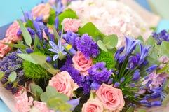 Różowy kwiatu tło od różnych kwiatów zdjęcie stock