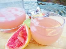 Różowy Margarita koktajlu napój outside zdjęcia stock