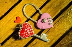 Różowy mistrz w kierowym kształta kluczowym i czerwonym serce kluczu Zdjęcia Royalty Free
