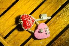 Różowy mistrz w kierowym kształta kluczowym i czerwonym serce kluczu Obraz Stock
