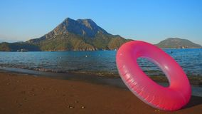 Różowy nadmuchiwany okrąg na plaży zbiory wideo