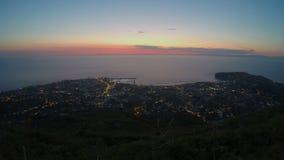 Różowy niebo nad ocean, nocy miasto światła, elektryczności spożycie w megalopolis zbiory wideo