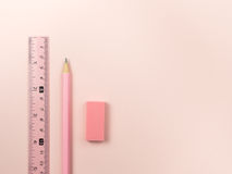 różowy ołówek, menchii gumka i władca i Fotografia Stock
