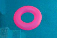 Różowy pławik na basenie z kryształem - jasna woda fotografia royalty free