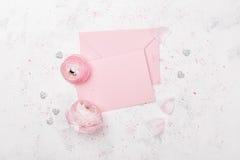 Różowy papierowy puste miejsce i ranunculus kwitniemy na białym stołowym odgórnym widoku dla ślubnego mockup lub kartka z pozdrow zdjęcie royalty free