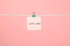 """Różowy papieru prześcieradło na sznurku z teksta """"Good Job† Zdjęcia Royalty Free"""