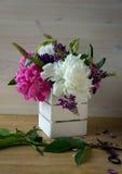 Różowy peoni wciąż życie na stole Obrazy Royalty Free