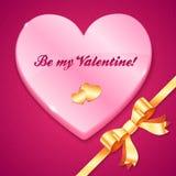 Różowy plastikowy serce z szyldowym i złotym łękiem Zdjęcie Stock