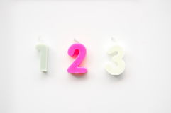Różowy popielaty biel jeden dwa trzy świeczki liczby Fotografia Stock