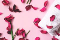 Różowy potpourri, biali ręczniki, czujący kije i aromatyczny olej, dalej zdjęcie royalty free
