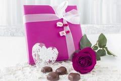 Różowy prezent zawijał valentines dzień teraźniejszego z różą i czekoladami Obraz Royalty Free