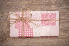 Różowy prezenta pudełko na drewnianym tle Zdjęcia Royalty Free
