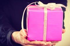 Różowy prezenta pudełko w męskich rękach Obrazy Stock
