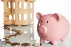 Różowy prosiątko bank, monety wlec i dom zdjęcie royalty free