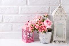 Różowy róża kwiatów, kierowego i dekoracyjnego różowy lampion, Obrazy Stock