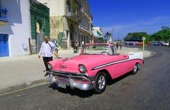 Różowy retro samochód w Hawańskim obraz royalty free
