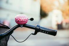 Różowy roweru dzwon, miastowy miasto, livestyle obrazy stock