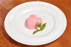 Różowy serce kształtował tort z mennicą dla walentynka dnia zdjęcia royalty free