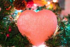 Różowy serce na bożego narodzenia błyszczącym drzewie zdjęcia royalty free