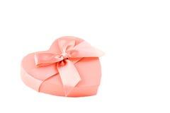Różowy sercowaty pudełko z purpurową tasiemkową kępką Zdjęcia Stock
