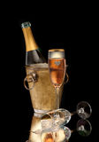 Różowy szampan w wiadrze i dwa szkłach Fotografia Stock
