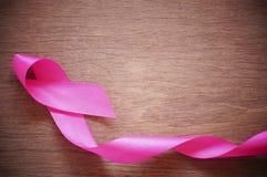 Różowy tasiemkowy nowotwór piersi na drewnianym tle obraz stock