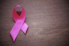 Różowy tasiemkowy nowotwór piersi na drewnianym tle zdjęcia royalty free
