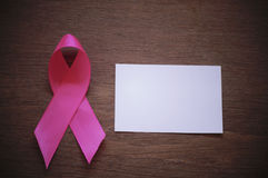 Różowy tasiemkowy nowotwór piersi z bielu pustym papierem obraz stock