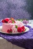 Różowy tort z naturalnymi pięknymi kwiatami obrazy stock