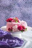 Różowy tort z naturalnymi pięknymi kwiatami obrazy royalty free