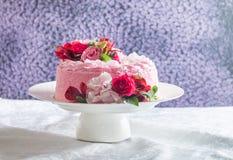 Różowy tort z naturalnymi pięknymi kwiatami zdjęcie royalty free