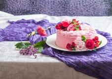 Różowy tort z naturalnymi pięknymi kwiatami fotografia royalty free