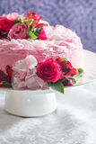 Różowy tort z naturalnymi pięknymi kwiatami fotografia stock