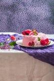 Różowy tort z naturalnymi pięknymi kwiatami zdjęcia royalty free