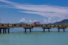 Różowy Tuk-Tuk jedzie molo w Chalong Phuket, Tajlandia obrazy royalty free