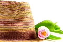 Różowy tulipan i barwiący słomiany kapelusz Obrazy Stock