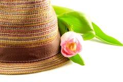 Różowy tulipan i barwiący słomiany kapelusz Zdjęcie Stock