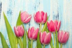 Różowy tulipanowy bukiet na błękitnym drewnianym tle, kopii przestrzeń ilustracja wektor