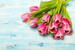 Różowy tulipanowy bukiet na błękitnym drewnianym tle, kopii przestrzeń obrazy stock