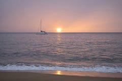 Różowy zmierzch lub wschód słońca niebo nad Spokojnym oceanem z odbiciem na Ho obraz royalty free
