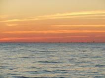 Różowy zmierzch nad morzem fotografia stock