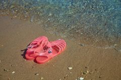 Różowych kobiet GALARETOWI sandały na dennym brzeg DAM galaret lata plaży PŁASCY buty obraz stock
